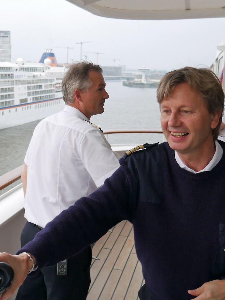 """Kapitän Wolter mit seinen Kollegen auf der Brücke der """"MS Europa 2""""."""