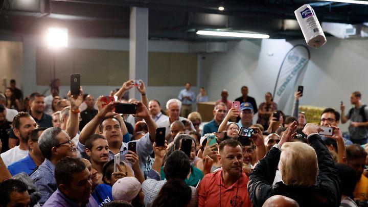 Bizarr: Trump warf Küchenrollen in die Menge.