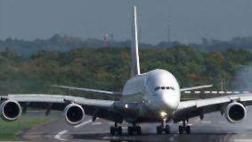 Piloten in heftigen Turbulenzen: Orkan schleudert A380 über Landebahn