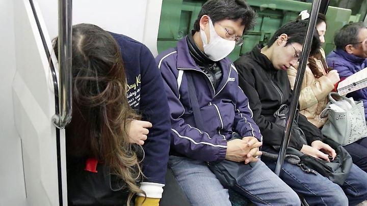 Überarbeitung ist in Japan ein großes Problem: Nach OECD-Angaben arbeitet ein Japaner durchschnittlich 1371 Stunden im Jahr zu viel.