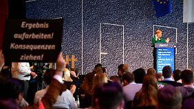 """""""Ergebnis aufarbeiten! Konsequenzen ziehen!"""", fordert ein Delegierter mit diesem Plakat. Doch nur ein Delegierter fragte Merkel, ob sie bereit sei, den Weg für einen Neubeginn freizumachen. Er wurde ausgebuht."""