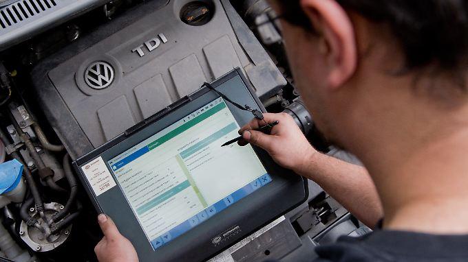 Ein Auslesegerät an einem vom Abgas-Skandal betroffenen 2.0 l TDI Dieselmotor.