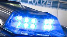Fahrer stirbt: Auto rast bei Fest in Toilettenwagen