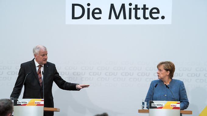CSU-Chef Horst Seehofer und Kanzlerin Angela Merkel demonstrieren Einigkeit.