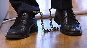 Maximale Sicherheit: Adrian U. wurde in Fußfesseln vor gericht gebracht.