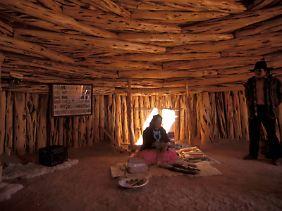 Eine Indianerin demonstriert traditionelle Handwerkstechniken in einem Hogan im Monument Valley, Arizona.
