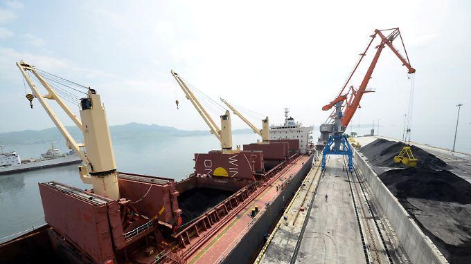 Im nordkoreanischen Hafen Rajin wird ein Frachter mit Kohle beladen.