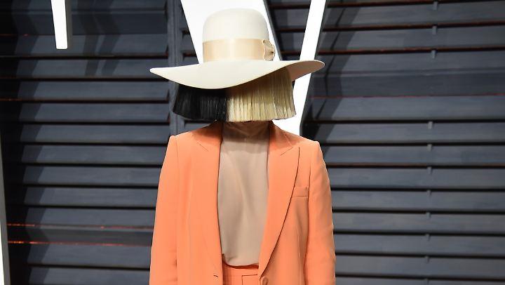 Für gewöhnlich ist Sia nicht zu erkennen. Nun zeigt sie sich gleich doppelt demaskiert: im Gesicht und im Dekolleté.