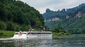 """Dank Schaufelradantrieb können Flusskreuzfahrtschiffe - wie auf dem Bild die """"Elbe Princesse"""" - auch weniger tiefe Flüsse befahren."""