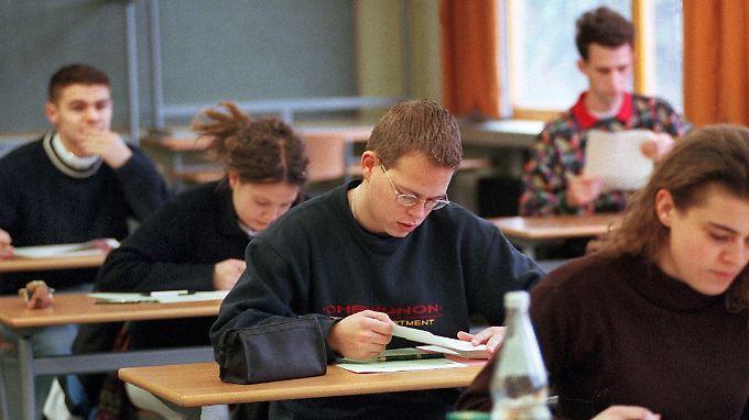 Schüler eines Gymnasiums  bei ihrer Abiturprüfung im 13. Schuljahr.