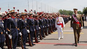 Spaniens König Felipe VI (r) bei der Militärparade.
