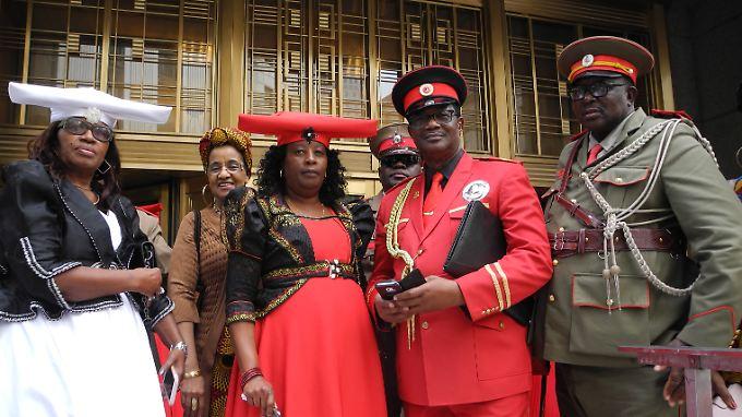 Vertreter der Herero und Nama stehen vor dem US District Court. Deutsche sind bei der Anhörung offiziell nicht dabei.