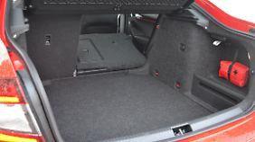 Der Kofferraum ist mit 590 Litern richtig groß. Beim Umklappen der Rücklehne entsteht baubedingt bei der Limousine eine Kante.