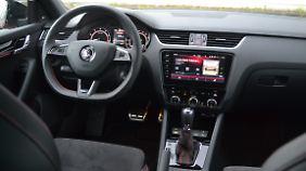 Natürlich gehören im Skoda Octavia RS 245 auch rote Ziernähte und das abgeflachte Sportlenkrad zur Ausstattung dazu.