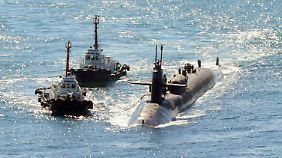 Das atomgetriebene U-Boot USS Michigan wird von Schleppern zu einer Marinebasis in Busan (Südkorea) geleitet.
