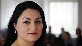 Lamya Kaddor ist Islamwissenschaftlerin, Lehrerin und Publizistin zu den Themen Islamunterricht und Integration. Sie gründete den Verein Liberal-Islamischer Bund.
