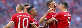 Gemeinsam zum Sieg - die Stars des FC Bayern erringen die drei Punkte gegen den SC Freiburg als Team.