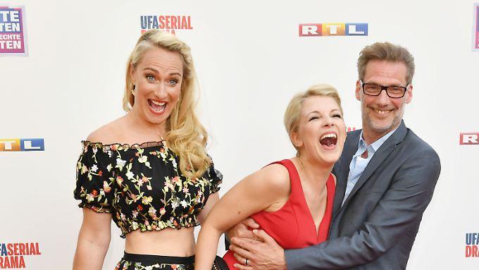 Iris Mareike Steen (Mitte) hat geheiratet - aber nicht ihren Kollegen Clemens Löhr, sondern ihren langjährigen Partner.