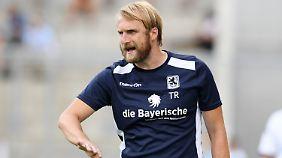 Der gebürtige Münchner Daniel Bierofka ist seit Saisonbeginn Trainer der ersten Mannschaft beim TSV 1860 München.
