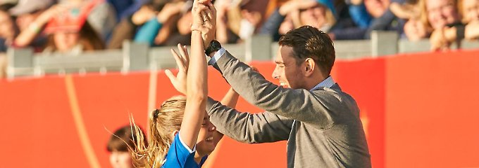Elin Jensen und und Trainer Freyr Alexandersson sind sich einig, es gegen Deutschland ganz ordentlich gemacht zu haben.