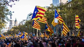 Hunderttausende demonstrieren: Madrid will Regionalregierung in Katalonien entmachten
