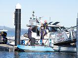 Polizeitaucher setzen ihre Suche nach den vier noch vermissten Fischern fort.