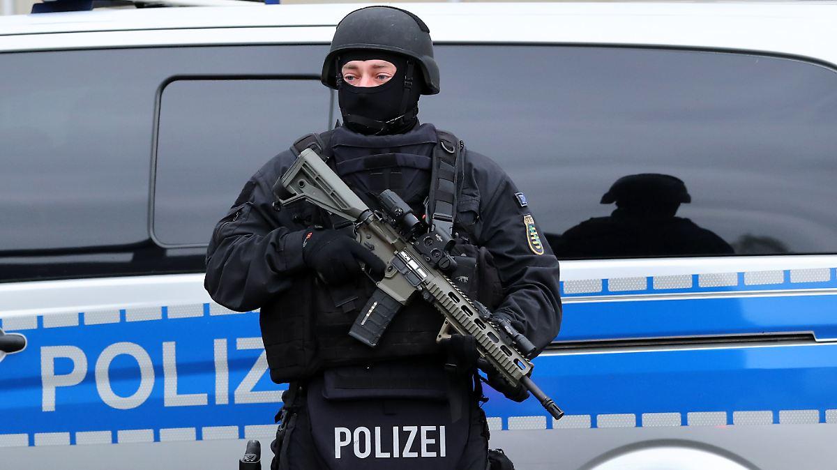 terrorverdacht in berlin polizei beschlagnahmt waffen und. Black Bedroom Furniture Sets. Home Design Ideas