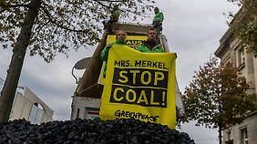 Greenpeace demonstriert vor dem Kanzleramt für den Kohleausstieg.