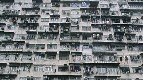 """""""Slums im Himmel"""" und Wohnsärge: Einwohner verzweifeln an Hongkongs Wohnpolitik"""