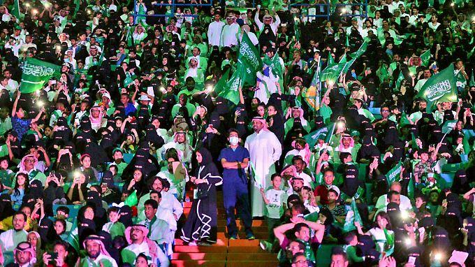Zum Nationalfeiertag durften Frauen bereits im September einmal in ein Stadion. Da galt es noch als einmalige Ausnahme.