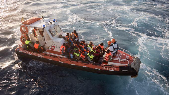 Nach der Rettungsaktion übernimmt die italienische Küstenwache die Flüchtlinge und bringt sie aufs Festland.