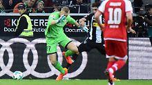 """Kein Ball, nur ein Luftloch: Mainz-Torhüter Robin Zentner steigt mit seinem """"Schuss"""" in die """"Top Fünf der Torhüterpannen"""" auf."""