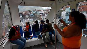 In den Armenvierteln von Caracas in Venezuela transportieren Standseibahnen 3900 Passagiere pro Stunde.