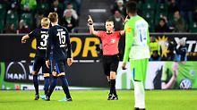 Schiedsrichter Robert Kampka wird beim Spiel zwischen Wolfsburg und Hertha zweimal vom Videoschiedsrichter korrigiert - beide Male zurecht.