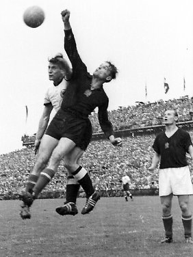 Im WM-Finale von 1954 duelliert sich Schäfer mit Ungarns Torwart Gyula Grosics.