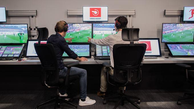 Zwei Schiedsrichter für ein Spiel - so soll künftig nichts mehr durch die Lappen gehen.