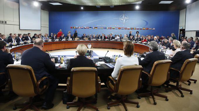 Großes Nato-Treffen in Brüssel: Im Raum sitzen neben Nato-Generalsekretär Stoltenberg Verteidigungsminister aus 29 Bündnis-Staaten.
