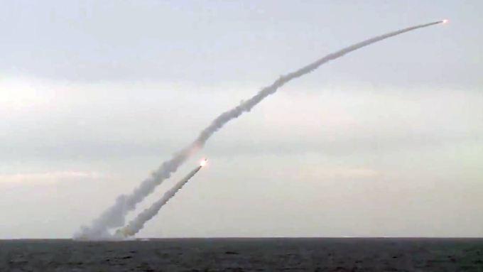 Von See aus feuern russische U-Boote Kaliber-Marschflugkörper auf Albu Kamal ab.