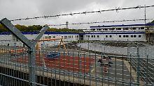 In reguläre Gefängnisse dürfen Menschen nicht allein aufgrund ihrer Ausreisepflicht gesteckt werden. Darum hat Hamburg am Flughafen eine spezielle Gewahrsamseinrichtung gebaut.