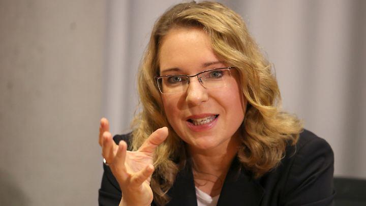 Prof. Dr. Claudia Kemfert leitet die Abteilung Energie, Verkehr und Umwelt am Deutschen Institut für Wirtschaftsforschung (DIW) und hat einen Lehrstuhl an der Hertie School of Governance in Berlin.