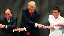 Verrenkt und mit Grimasse: Trump war anscheinend nicht auf den symbolischen Handschlag vorbereitet.