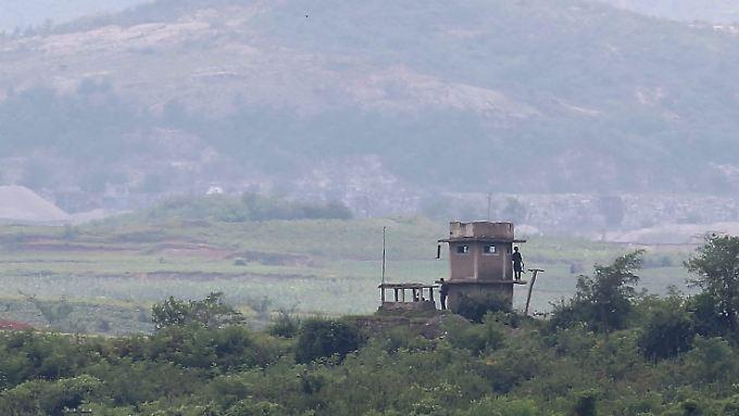 Nordkoreanische Grenzposten auf einem Wachturm in Panmunjom