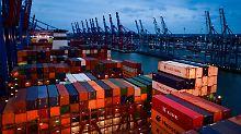 Container stapeln sich in Hamburg am Burchardkai auf dem Deck eines Frachters.