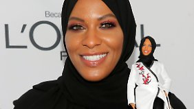 Ibtihaj Muhammad mit der neuen Barbie-Puppe.