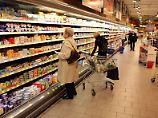 Malheur vor der Kühltheke: Wer zahlt für Unfall im Supermarkt?