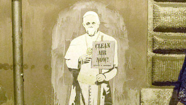 Der Papst trägt in Italien eine Atemschutzmaske - zumindest auf dem Graffiti des Künstlers Tvboy.