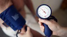 Bewegung und eine gesunde Ernährung können den Blutdruck beeinflussen.