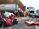Toter bei Karambolage: Drei Autos bei Unfall völlig zerstört