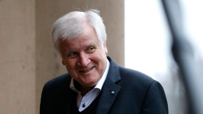 """Anders als im Streit mit Merkel um die Flüchtlingspolitik gibt Seehofer in den Sondierungen den """"good cop""""."""