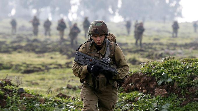Israelischer Soldat an der Grenze zum Libanon: Israel befürchtet ein weiteres Erstarken der Hisbollah im Libanon.